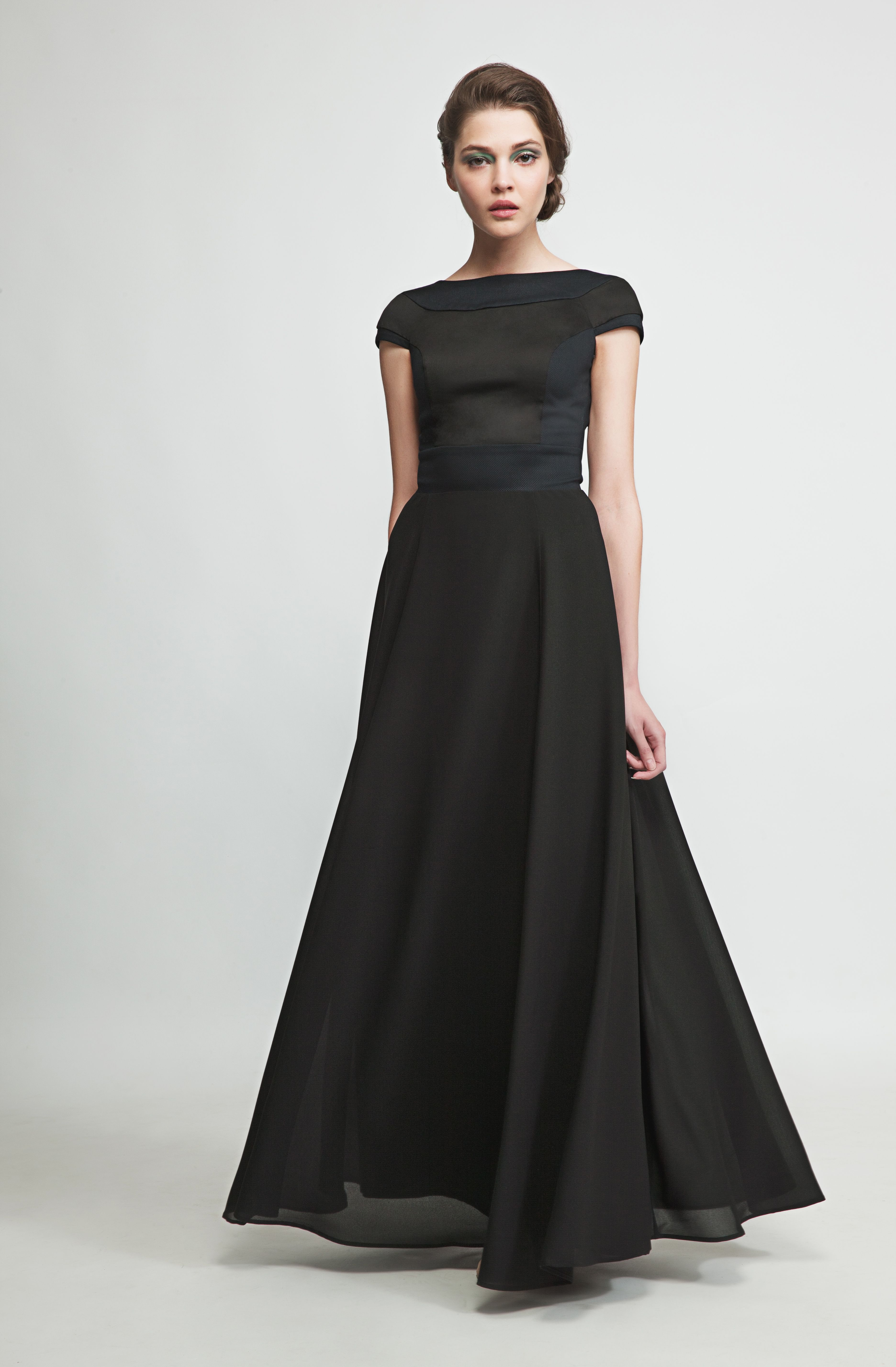This flowing maxidress in elegant black will make you stand out in