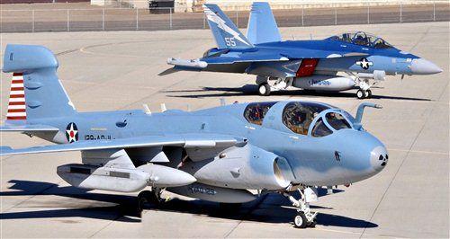 El rastreador y el gruñón. Los pájaros VAQ-129 en NAS Isla del Norte, San Diego, CA. Northrop Grumman EA-6B Prowler y el EA-18G Growler.