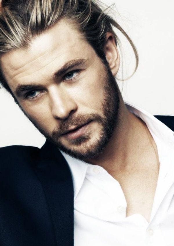 髪をかきあげるクリス・ヘムズワース