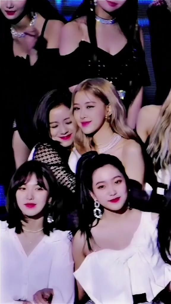 That is for everyone to see how loving they are! Where's Jennie and Lisa ? #blackpink #jisoo #rose #blackpinkofficial #bp #kimjisoo