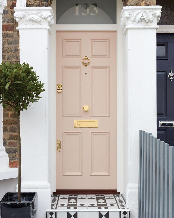 Photo of Questa graziosa porta e cornice rosa con triplo pannello in legno e fanale opaco …