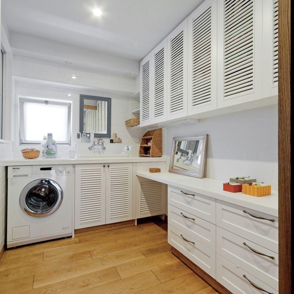 タイルのカウンターにルーバー扉のキャビネット 海外製の洗濯乾燥機を備えた明るいパウダールーム 収納が豊富でドレッサーも装備 家事はもちろん お出かけする際の身支度もここで パウダールーム収納 パウダールーム 洗濯乾燥機