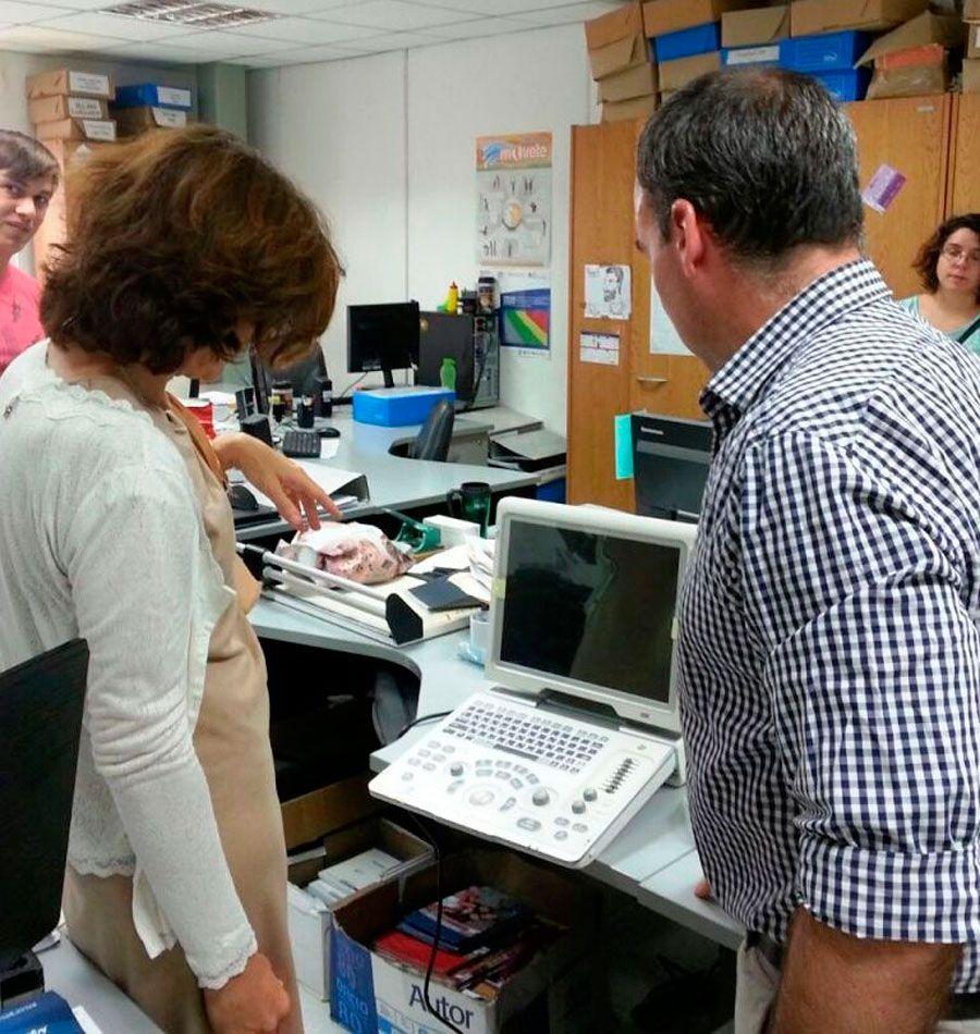 """Chubut incorporó moderno ecógrafo para detección precoz de quistes hidatídicos http://www.ambitosur.com.ar/chubut-incorporo-moderno-ecografo-para-deteccion-precoz-de-quistes-hidatidicos/ Gracias a este equipo, """"en lugar de una cirugía, el tratamiento es una medicación, porque el quiste se detecta cuando es muy pequeño"""", remarcó la jefa del Departamento de Zooantroponosis de la cartera sanitaria provincial, Mafalda Mossello.      El Ministerio de Salud del Chubut r"""