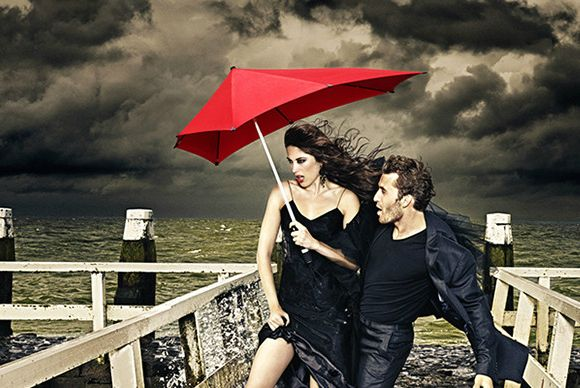 The Senz Storm Umbrella easily slices through all winds and due to its aerodynamic design, always finds the best position in the wind.
