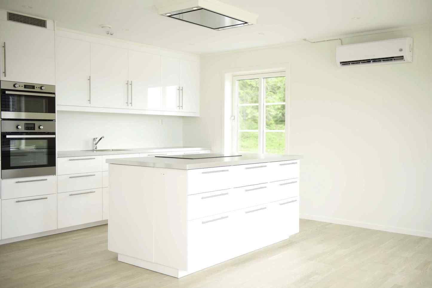Kjøkkenet har tidsriktig innredning med hvite høyglansfronter og lys grå laminat benkeplate.  Oppvaskmaskin, komfyr med platetopp, micro ovn og kjøleskap er integrert. Det er kjøkkenøy med takmontert avtrekksvifte over og LED downlight.