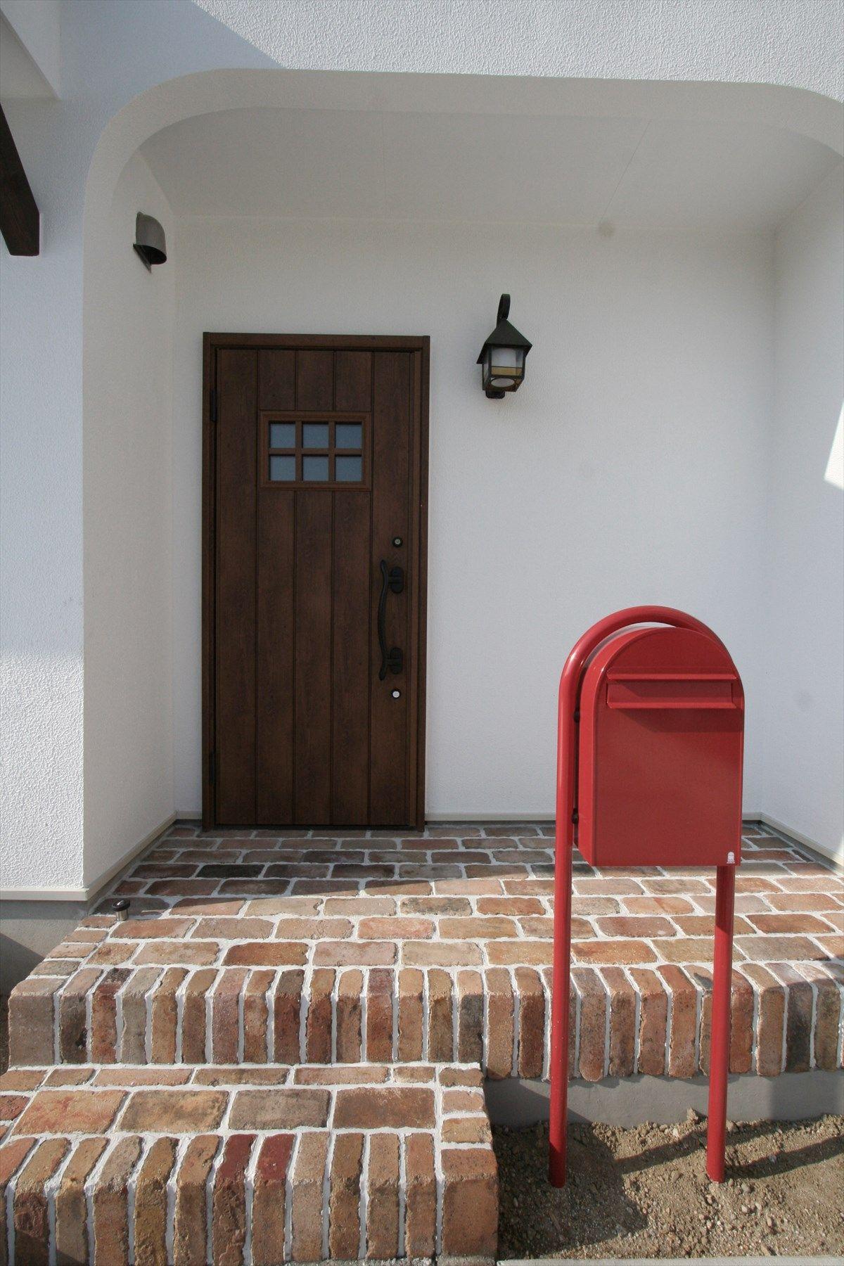玄関ドア ドア 無垢ドア 木 扉 赤いポスト ナチュラルインテリア 注文住宅 施工例 ジャストの家 Door Interior House Homedecor Housedesign 家の外壁 玄関 玄関ドア リクシル