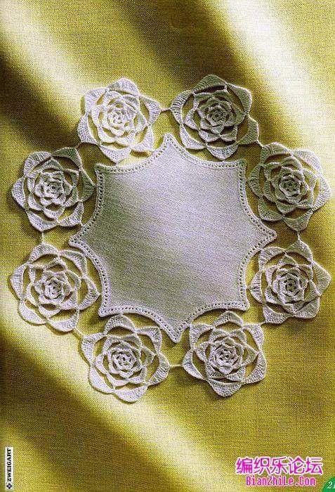 قطعة قماش على شكل نجمة مقوسة الأضلاع مطرزة بغرزة البطانية اما الوردات فهي وردات حريرية من طبقات ناعمة مسطحة وا Simple Embroidery Crochet World Antique Lace
