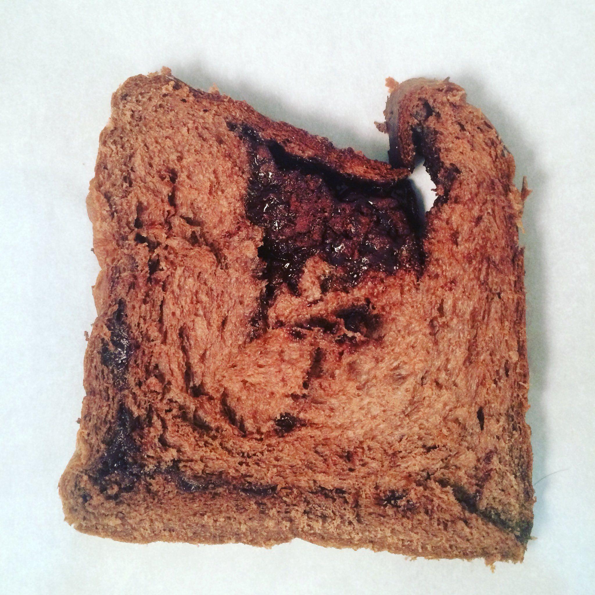 """パンラボ池田浩明 on Twitter: """"松山ベーカリーミキ、チョコレート食パン。カカオ生地の中に光り輝くチョコチップ。ふわふわ即とろとろ。噛まずにじょじょじょーとお口で溶けチョコドリンク。バター感とチョコが並外れた濃度で混ざり合うハイカロリー感も、スライスする手が止まらず https://t.co/bqrzz6rHiA"""""""