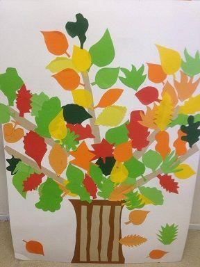 un arbre d 39 automne avec des feuilles de papier de couleurs. Black Bedroom Furniture Sets. Home Design Ideas