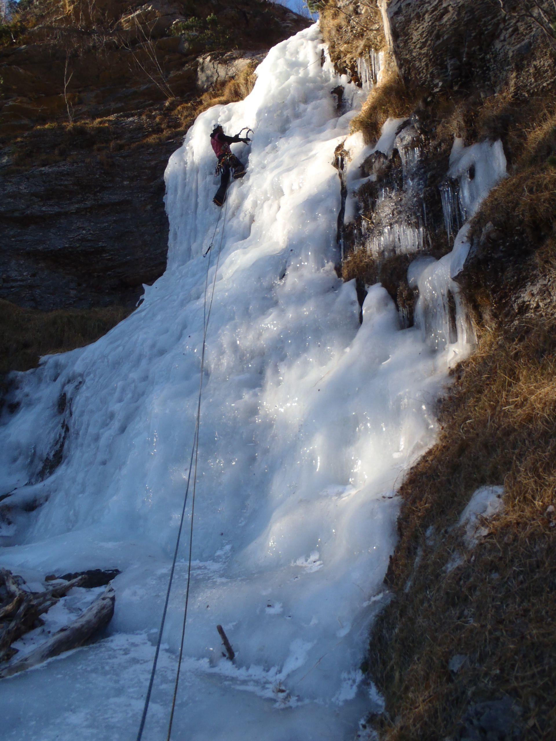 """Valle de Pineta. Pirineo Aragones. España. Ruta """"La nostalgia del Irlandes"""".  Cascada de hielo solo practicable en inviernos con poca nieve en la cabecera por el importante riesgo de avalnchas que conlleva."""