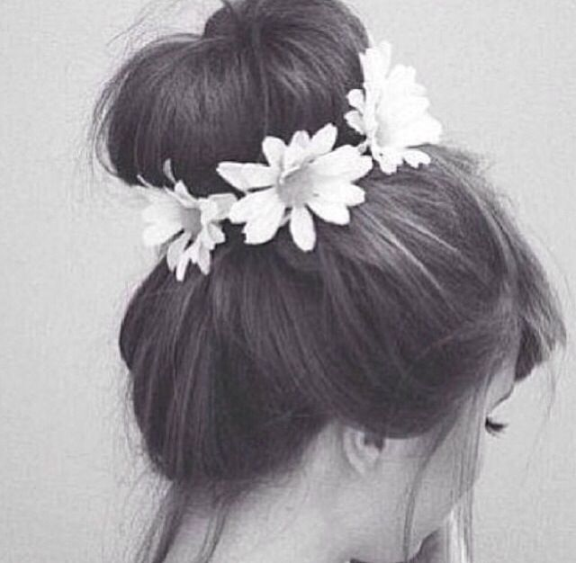 Bun with daisies