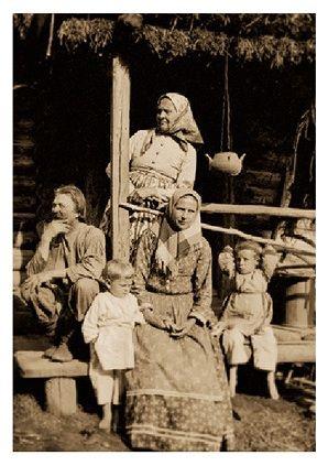 Старая русская бабка с юношей