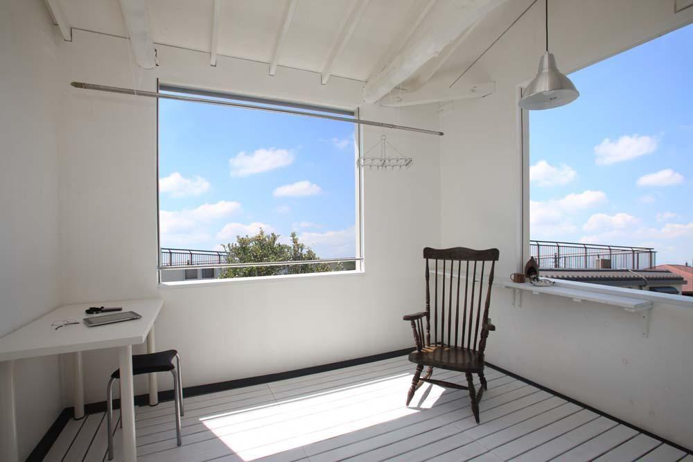 2階の洋室は 雨の日でも洗濯物を干すことができる半屋外の空間に改装