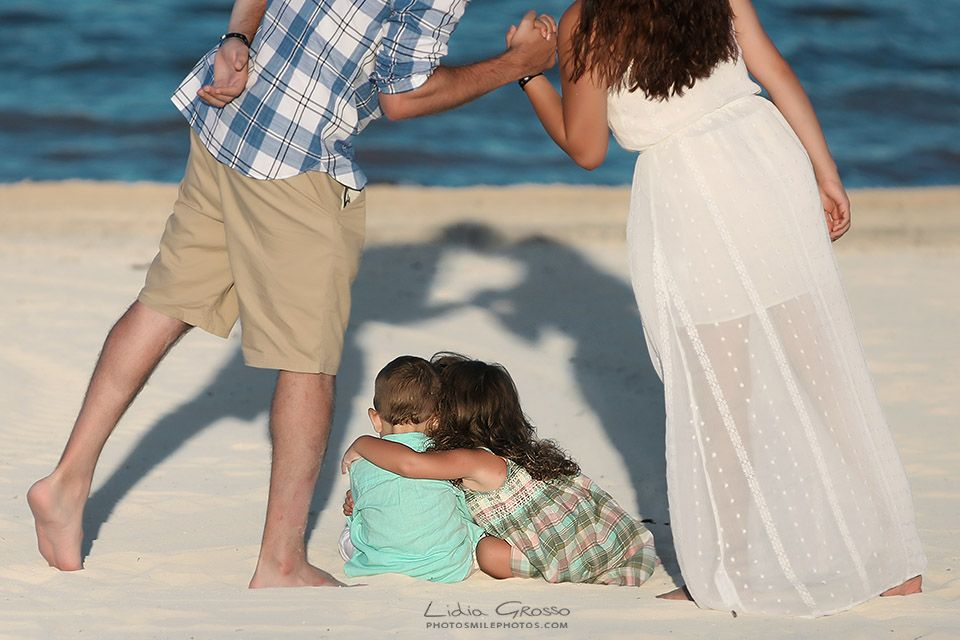 Professional Family Portraits in Cancun, Riviera Maya and Mexico | #cancunphotographers #beachportraitscancun #familyportraitscancun #familyphotographer #cancunphotos | www.photosmilephotos.com | info@photosmilephotos.com