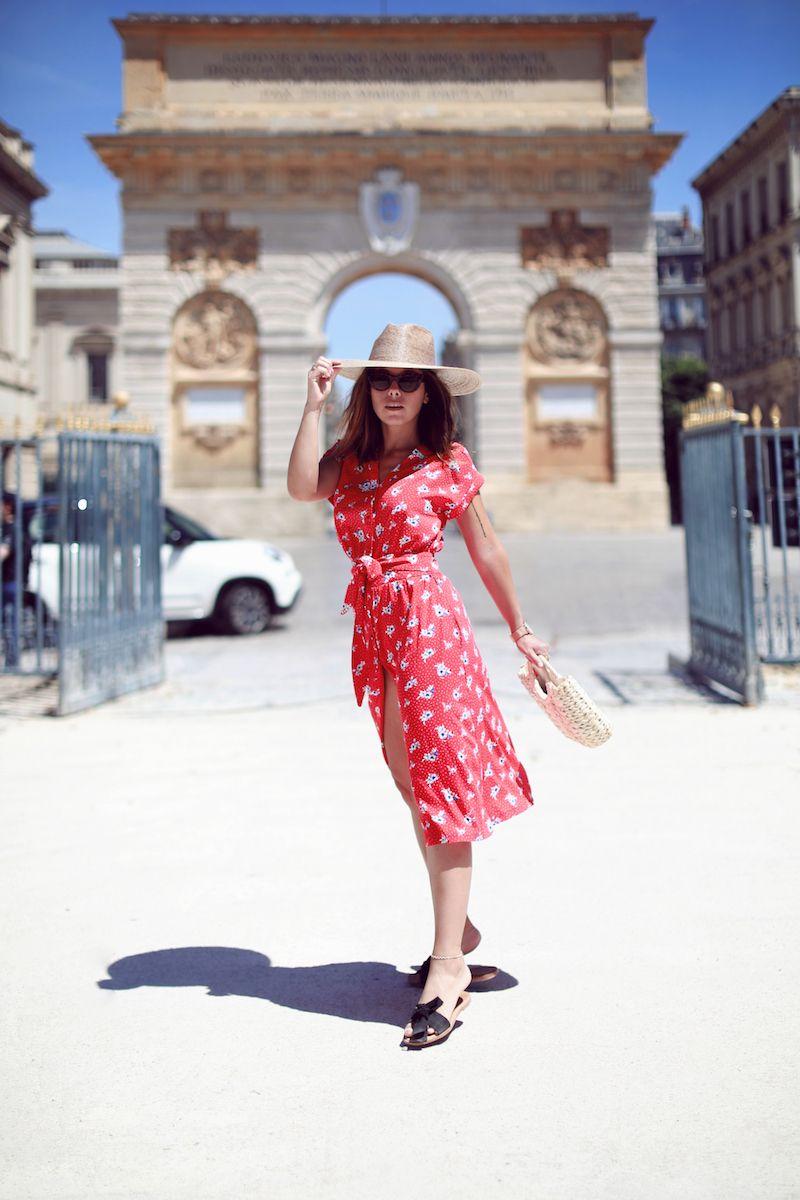 Chapeau Lack of Color Robe rouge Stella et Suzie Panier paille Bershka Sandales plates noires ...