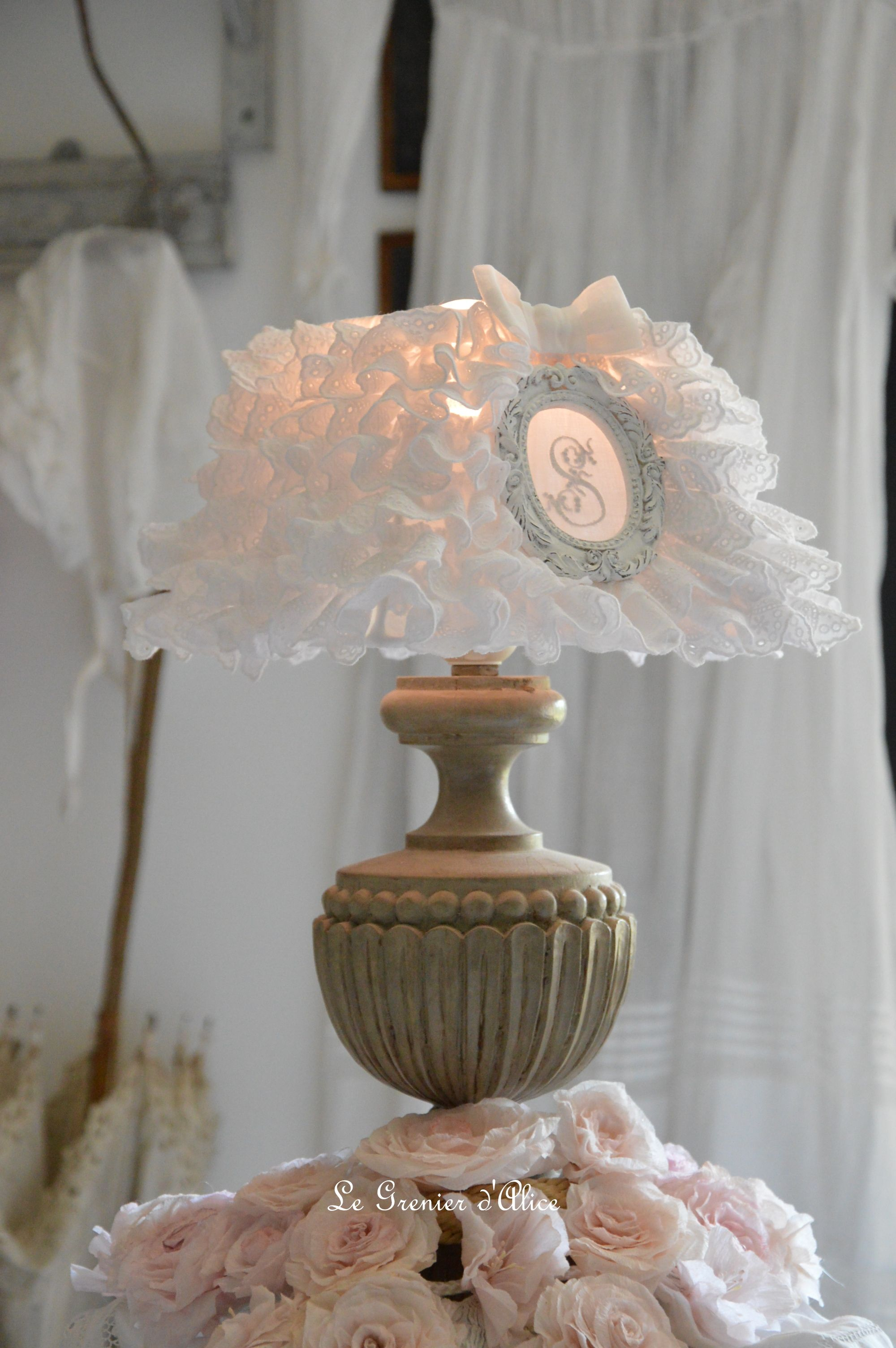 abat jour froufrou shabby chic et romantique broderie anglaise monogramme ornement patin blanc. Black Bedroom Furniture Sets. Home Design Ideas