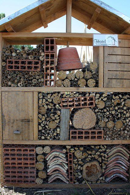 fabriquer un h tel insectes dans son jardin hotels. Black Bedroom Furniture Sets. Home Design Ideas