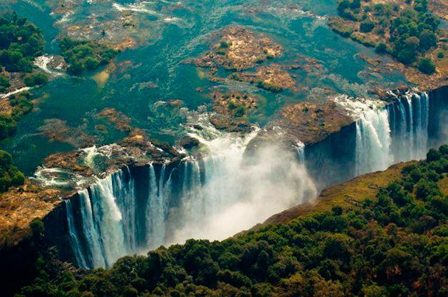 Uma piscina apenas para os mais corajosos: nas cataratas de Victoria Falls, na Ilha de Livingstone, do lado da Zâmbia, fica a Devil's Pool (Piscina do Diabo), um nome que é bem fácil de entender depois de ver a localização desta preciosidade da natureza.