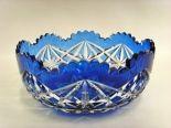 Salle des ventes ABC : CRISTAL VAL ST LAMBERT, coupe en cristal doublé bleu du Val St Lambert à décor de formes géométriques en taille profonde, production de 1919 à 1930 hauteur 10 cm, diamètre 22,6 cm