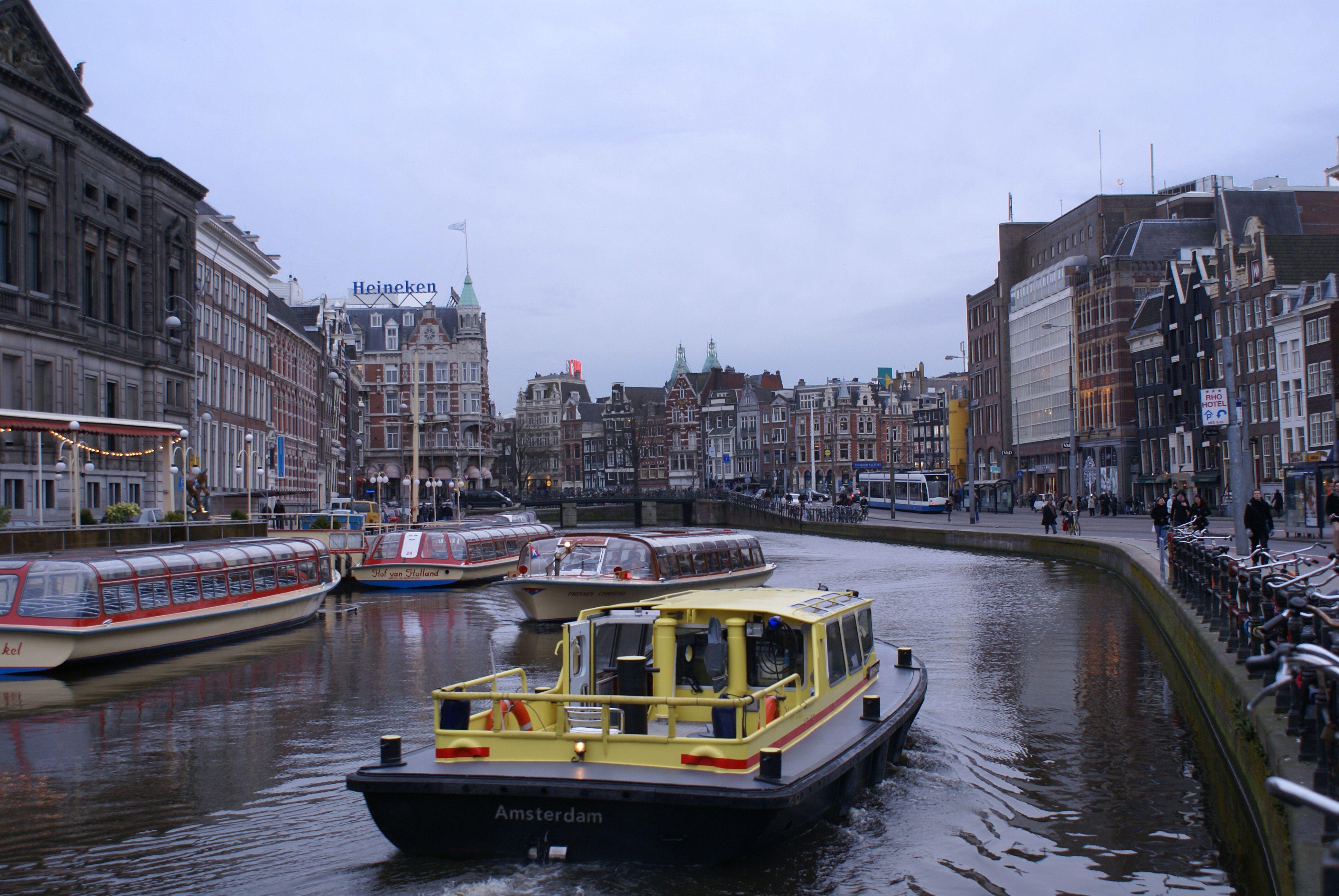 Amsterdam, curiosa, activa, llena de juventud