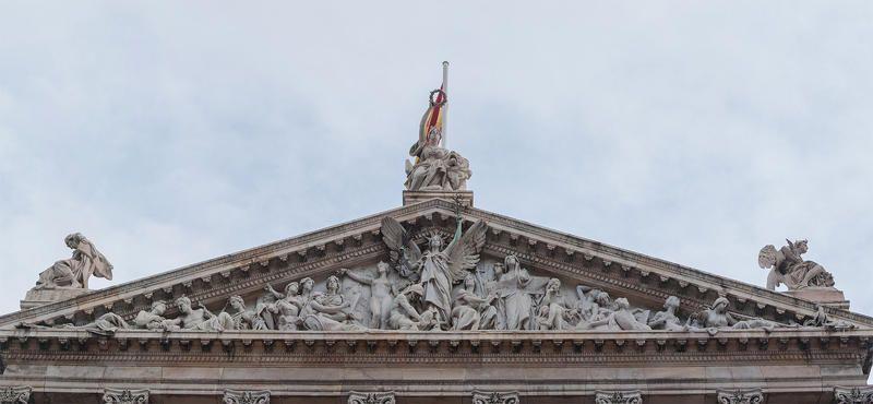 Terminamos nuestro recorrido en uno de los edificios más monumentales de Madrid: la Biblioteca Nacional, que alberga no sólo este organismo sino también el Museo Arqueológico Nacional. Su monumental fachada esta coronada con un impresionante frontispicio con una riquísima decoración escultórica | C.Jordá