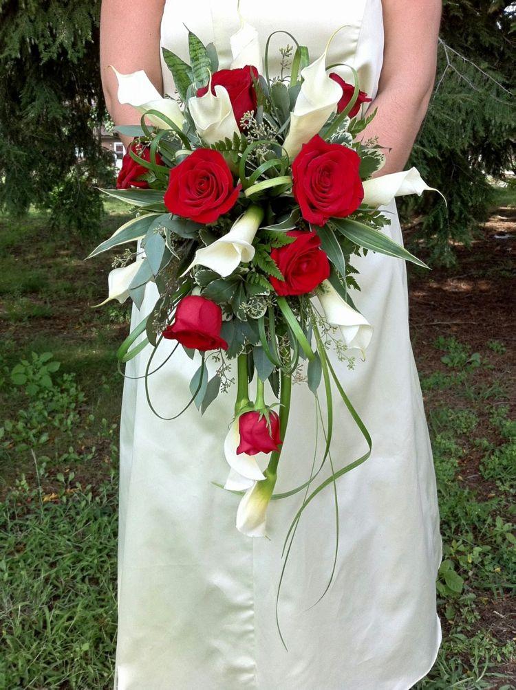 Brautstrauss Wasserfall Rosen Rot Callas Weiss Wedding Flowers Hochzeitsgestecke Tischdekoration Hochzeit Blumen Brautstrauss