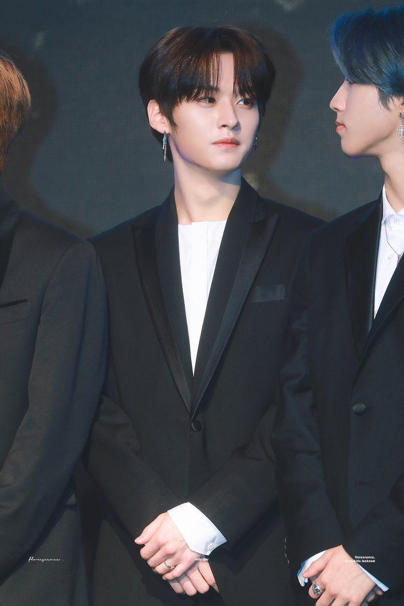 Minho regarde jisung 😆😙  Je sais il le regarde just mais je suis grande fan du minsung (jisung+minho)