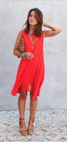 Robe rouge et chaussures dorees