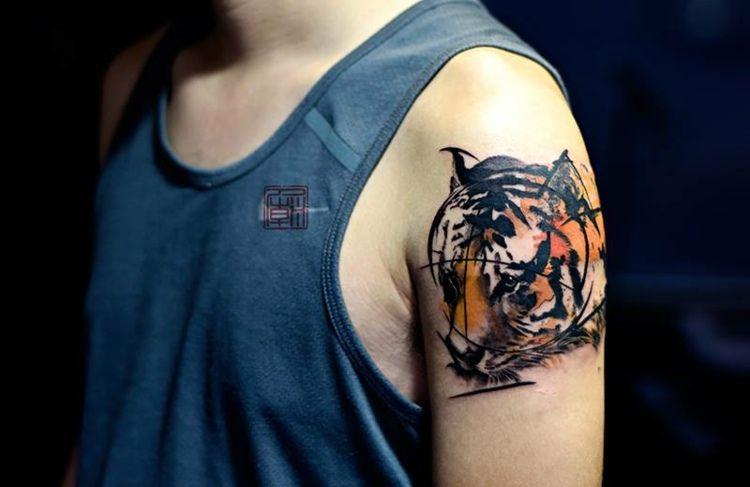 tattoo ideen f r m nner tiger am oberarm zuk nftige. Black Bedroom Furniture Sets. Home Design Ideas