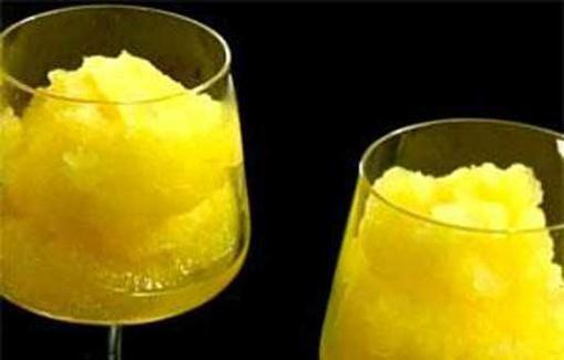 Sitruunagranité 4:lle hengelle: 50 cl vettä 1 ½ dl sokeria 1 tl kurkumaa 2 sitruunaa 1 sitruunan kuori Lämmitä vesi kattilassa ja sekoita joukkoon sokeri. Lisää kurkuma antamaan väriä. Älä keitä. Jäähdytä ja lisää joukkoon sitruunan mehu ja kuori. Siirrä seos esimerkiksi vuokaan ja pakasta se. Murskaa jäätynyt seos monitoimikoneessa, tarjoile heti.