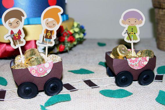 The seven dwarfs beautiful mine carts. Lindos carrinhos de mineração dos Sete Anões. #snowwhite #brancadeneve #partyideas #festapersonalizada #sevendwarfs #seteanoes