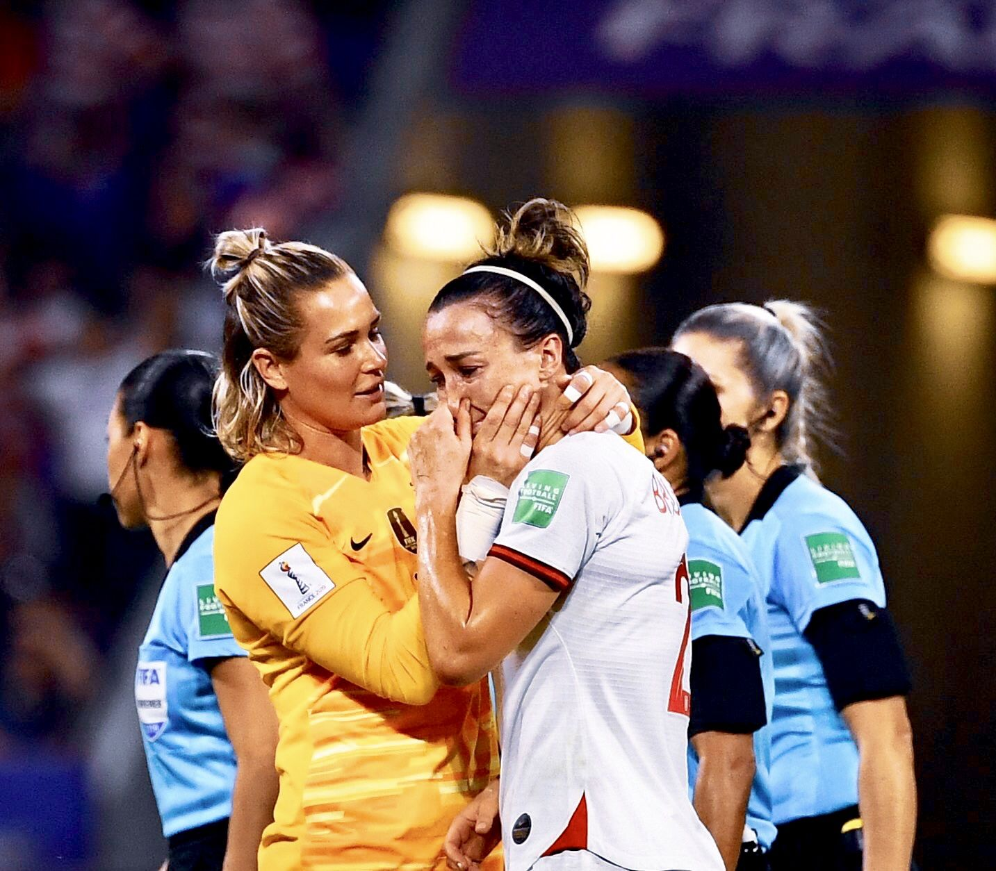 Ashlyn Harris Left Of The United States Comforts Lucy Bronze Of England After Her Team Lost To Th Usa Soccer Women Fifa Women S World Cup Women S Soccer Team