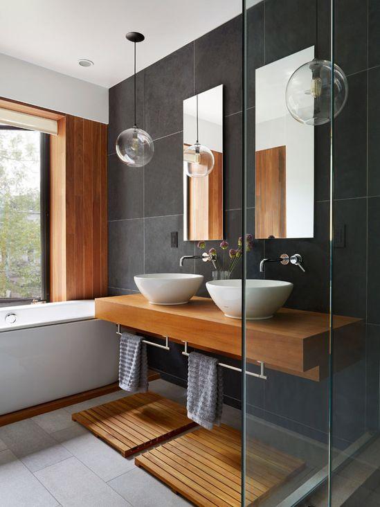 Évier , miroir, porte serviette , bain à côté avec vitre et douche - porte serviette salle de bain design