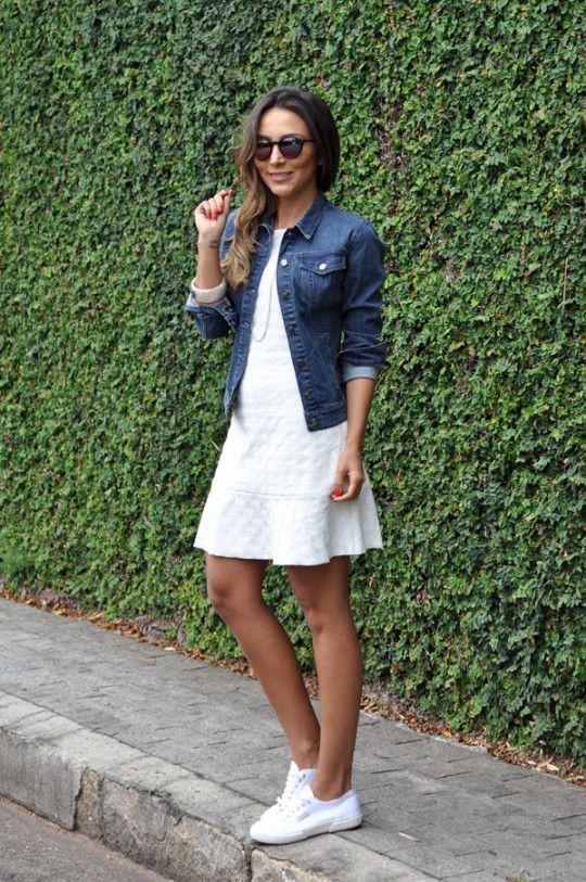 Vestido branco com jaqueta jeans