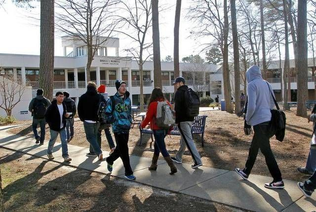 Students walk between classes at Wake Tech Community College in ...