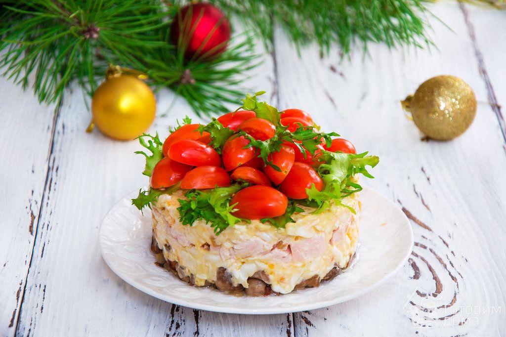 """Салат с копченой курицей и помидорами """"Яркий праздник ..."""