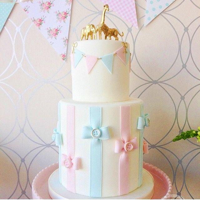 Fiquei encantada com esse bolo para chá de bebê, lindo e delicado! Por @bobbetteandbelle  #kikidsparty