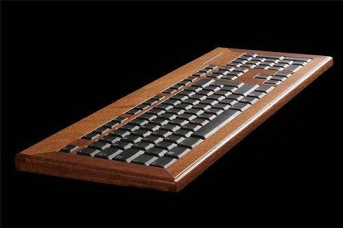 Una elegante computadora hecha de madera