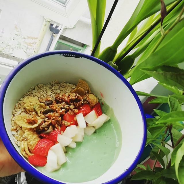 Post workout breakfast Cottage cheese protein bowl, with spirlina, maca powder & banana protein powder. Topped with gluten free oats, homemade granola and fruit.