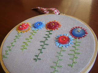 Tutorial - How to make an embroidered hoop art with vintage buttons