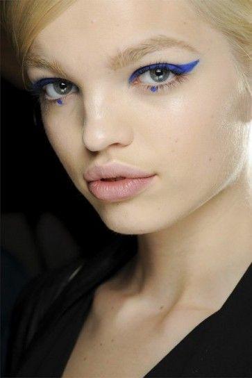 Un eyeliner intenso nei toni del viola blu