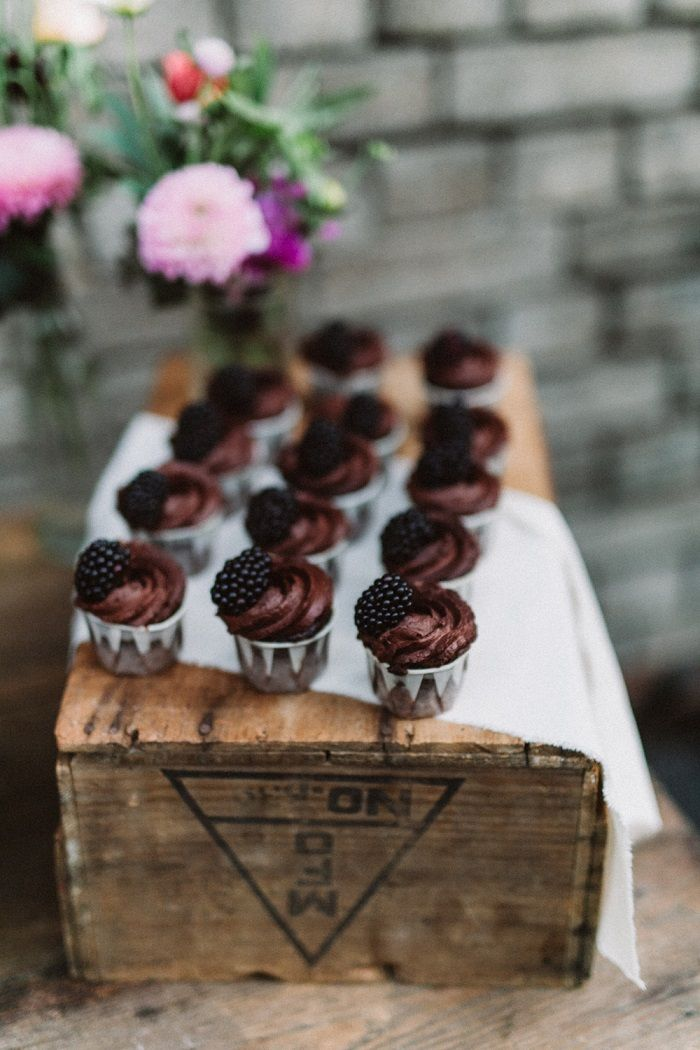 Wedding Cup Cakes - A Backyard Romance + Subtle Elegant Wedding | I take you #wedding #backyardwedding
