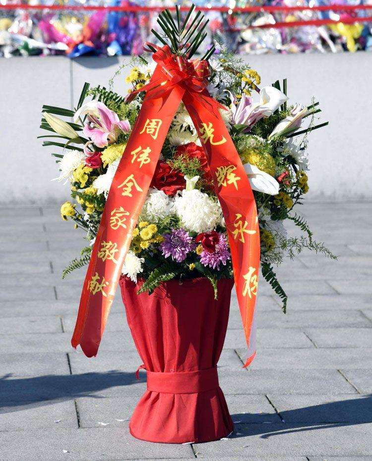 위대한 김일성동지와 김정일동지의 동상에 해외연고자가족들 꽃바구니 진정-《조선의 오늘》