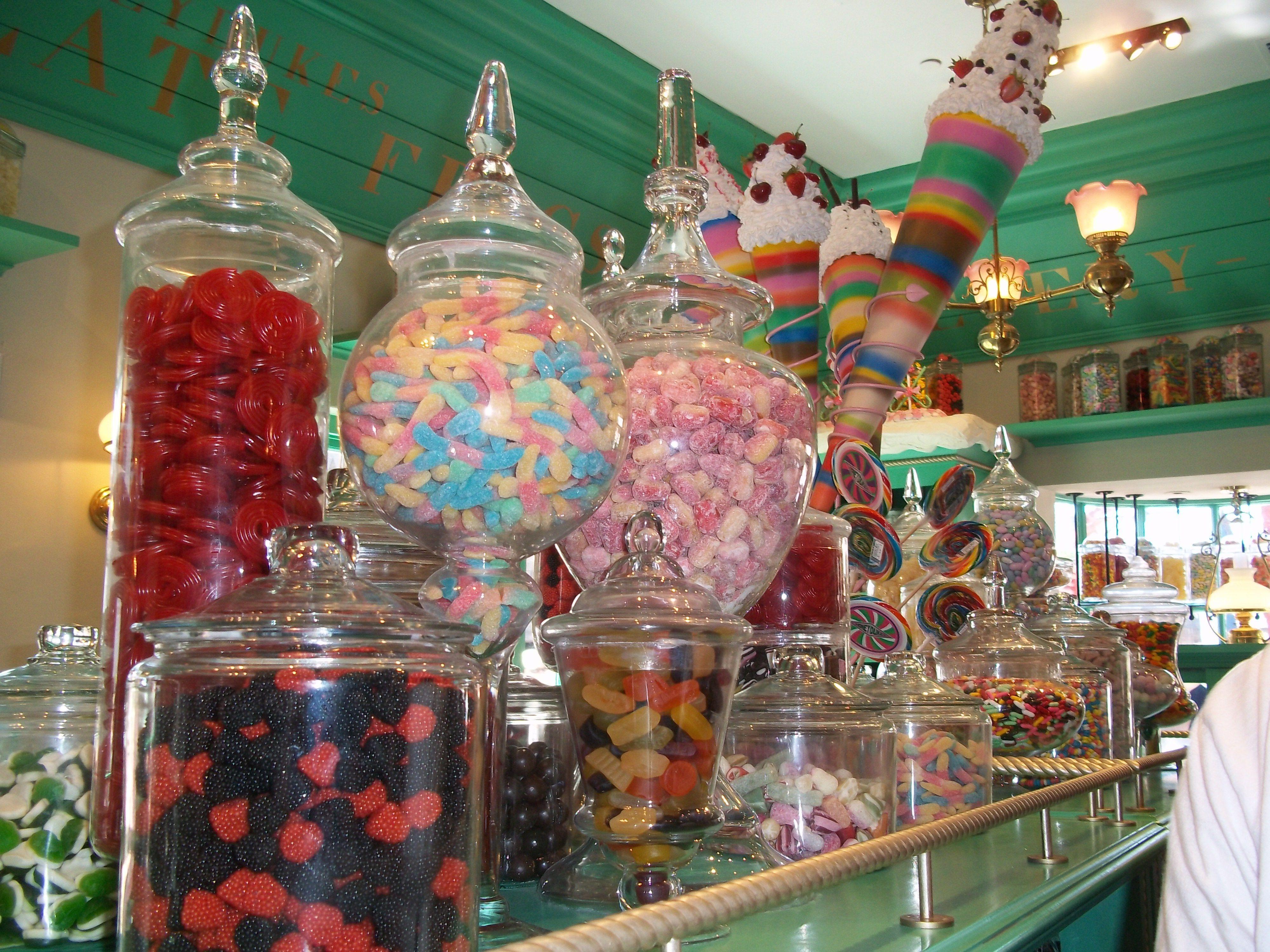 Obrovské a plné skleněné dozy s barevnými cukrátky v Medovém ráji. Fotografie ze studií v Orlandu.