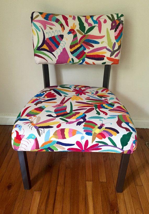 Silla tapizado con tela multicolor otom bordado for Sillas con apoyabrazos tapizadas