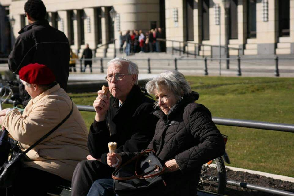 그대와 같은 시선 속. Old couple at Brandenburger Tor, Berlin.