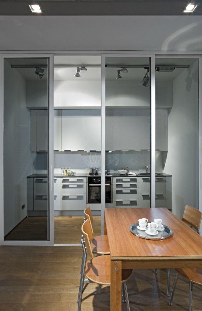 Das inova Schiebetür-System swing in mit schwarzem Glas mit einem - küche mit esszimmer