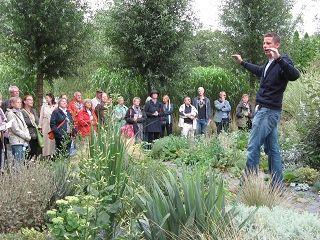 gartengestalter peter janke bei einer führung in seinem garten, Garten ideen