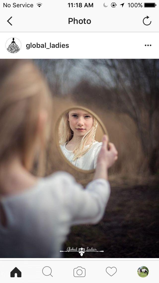 Spiegel und Reflexionen (man kann ihn im Spiegel sehen, etc.)