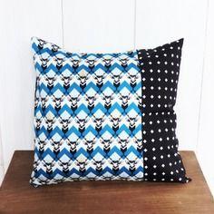 Housse de coussin  40 x 40 cm patchwork tissus géométriques cerfs bleus vintage et croix deco rétro